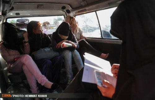 İran polisi sokaktan kadınları böyle topluyor