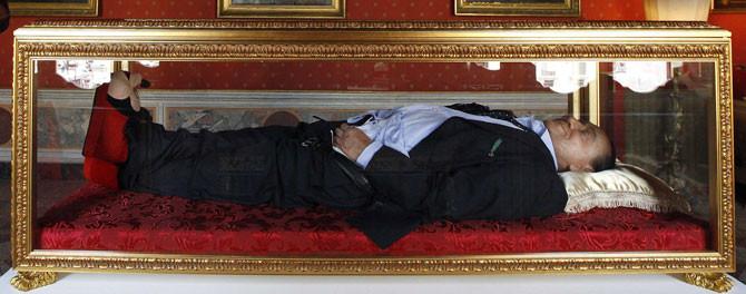 Berlusconi eli uçkurunda öldü