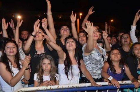 Mayolu Hande Yener kayısı güzeli seçildi