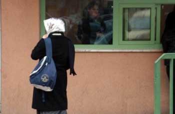 Türbanlı öğrenciler okul önlerinde