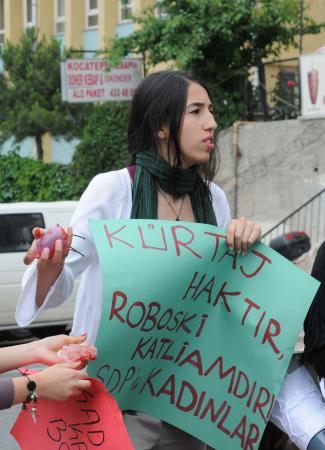Kürtaj eyleminde kadınlar polise su dolu prezervatif attı