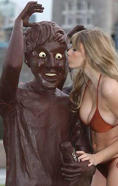 Keeley Hazellden bikinili tanıtım