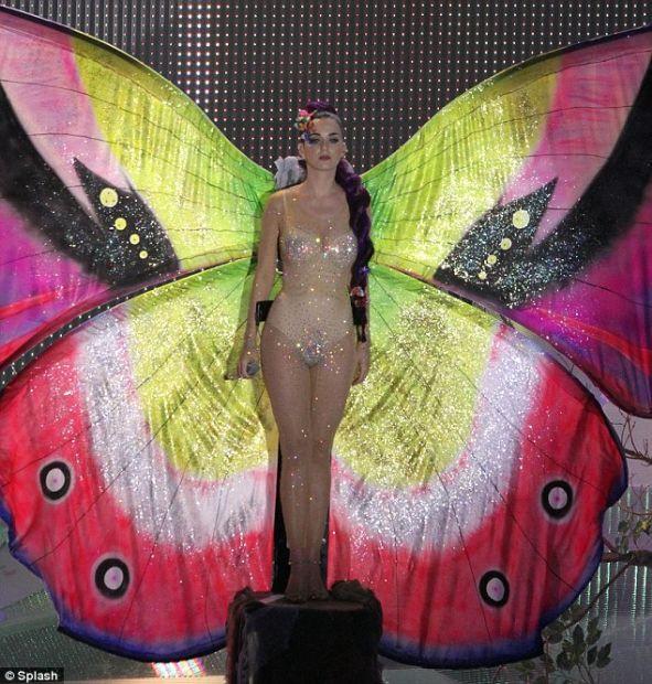 Kelebek kostümüyle büyüledi