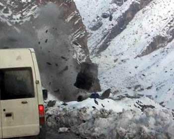 Askeri araç kaya parçalarının altında kaldı