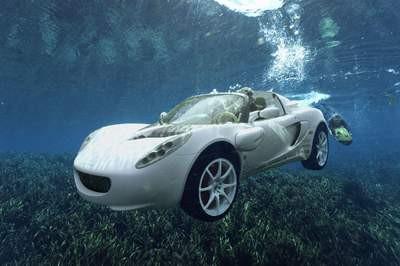 Bu araba hem karada hem de suda gidiyor !