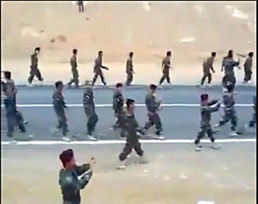 Binlerce Kürt asker Suriye sınırını geçti