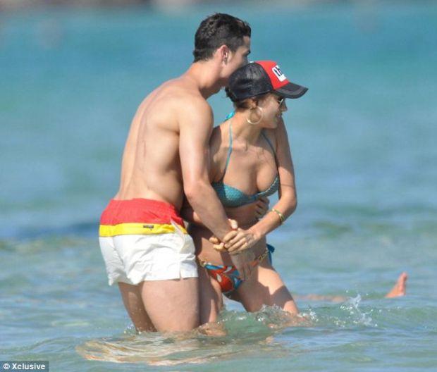 Irina sahilde çocuklar gibi