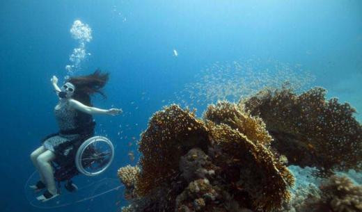 Dünyanın ilk su altı tekerlekli sandalyesi