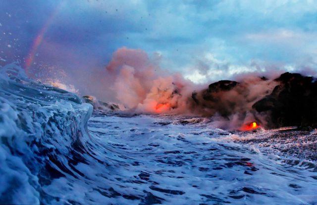 Kızgın lavların okyansla buluşmasından eşsiz kareler