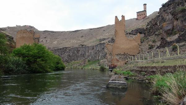 Yarısı Ermeni yarısı Türkiye sınırında