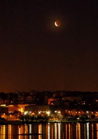 Türkiyeden de izlenebilen Ay tutulması İstanbulluları büyüledi...