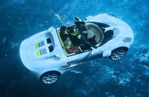 Yüzen araba görenleri şaşırtıyor