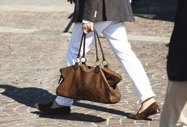 Erkekler de çantasız çıkmıyor