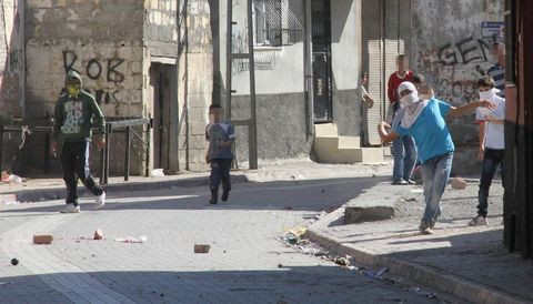 5 yaşındaki çocuk polise böyle taş attı!