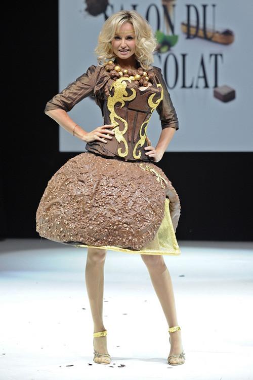 Çikolatadan yapılan elbiseler podyumda