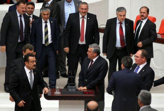 MHPli vekiller Mecliste kürsüyü işgal etti