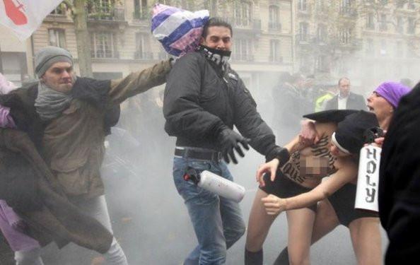 FEMEN kızları Fransada dayak yedi