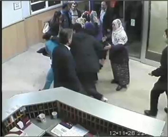 Sağlık çalışanını duvara fırlattı