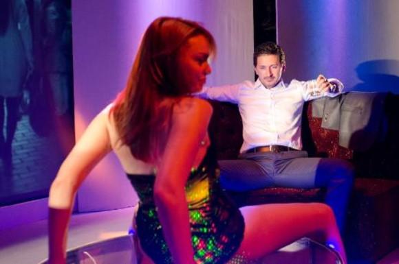 Striptiz sahneleri isyan ettirdi