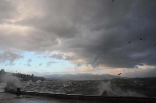 İzmirde deniz taştı