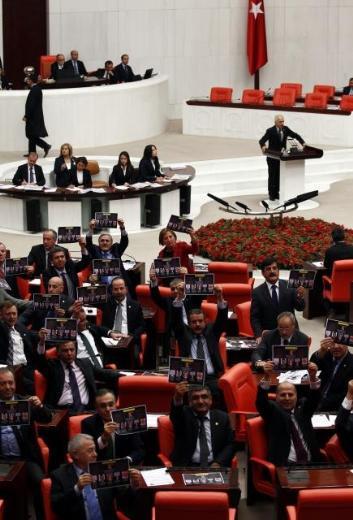 Türkiyenin ilk ombudsmanı yemin ederken CHP protesto etti