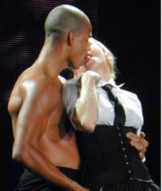 Madonna sevgilisiyle sahnede öpüştü