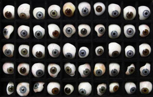 Camdan üretilen protez gözler