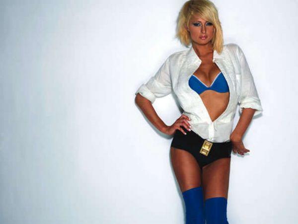 Paris Hiltondan üstsüz ve bikinili pozlar