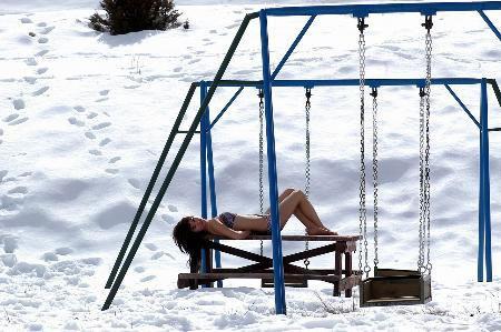 Kar üstünde mayo defilesi
