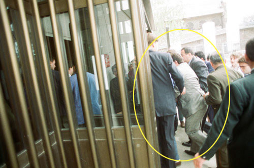 Turgut Özal yürüyerek hastaneye giriyor
