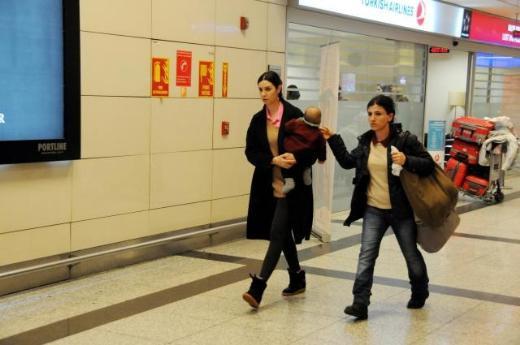 Cem Yılmaz ailesiyle yurtdışından döndü
