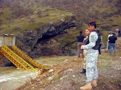 K.Irakta yıkılan köprüde hatıra fotoğrafı çektirdiler