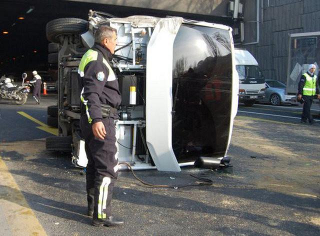 İstanbulda polis midibüsü devrildi!