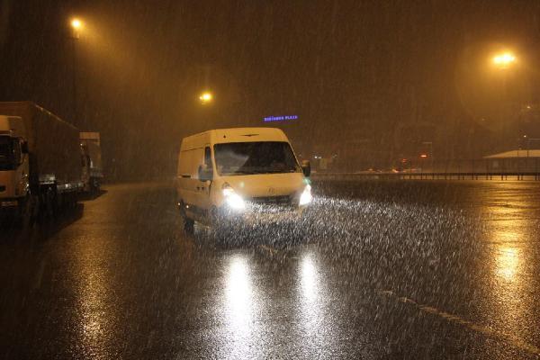İstanbulda yeni yılın ilk kar yağışı başladı