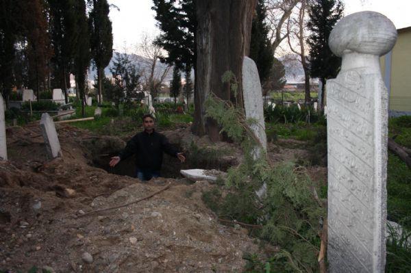 Defineciler mezarları talan etti