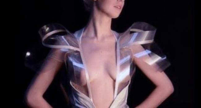 Kalp atışıyla şeffaflaşan elbise