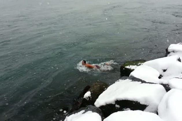 Kar altında buz gibi denize girdi!