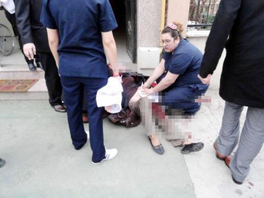 Sokak ortasında annesini bıçakladı