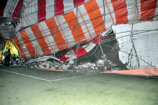 Şırnakta halı sahanın duvarı çöktü