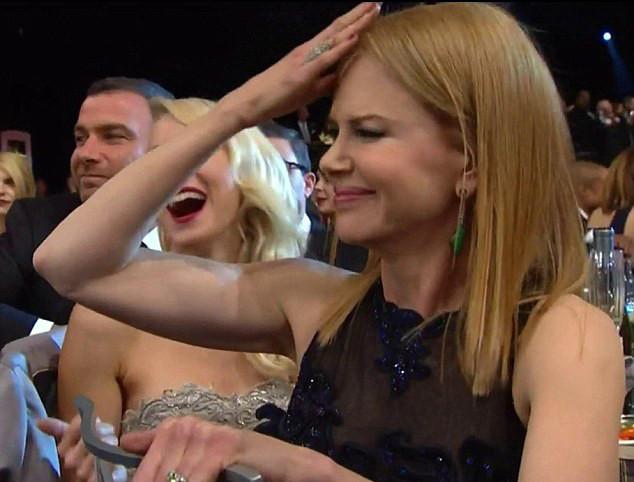 Ödülünü almaya giderken elbisesi yırtıldı