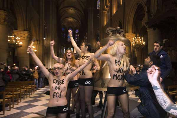 FEMEN Papayı uğurladı!