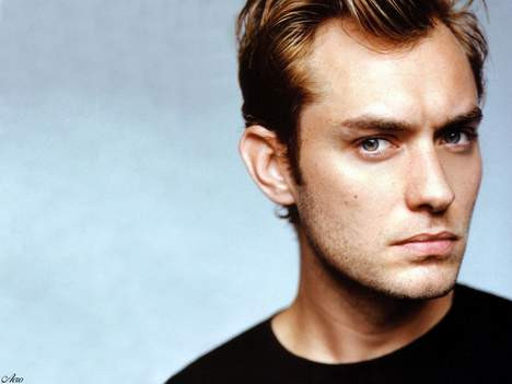 Bayanların başını döndüren yakışıklı, Jude Law artık bir şovalye