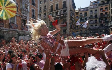 İspanyol gençler eğleniyor