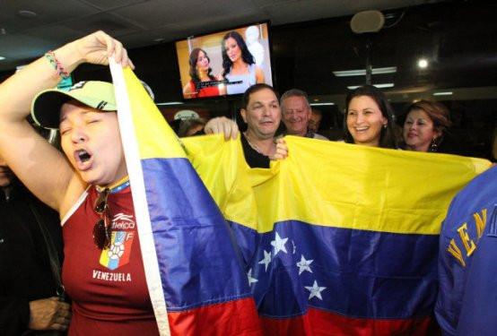 Miamideki Venezuelalılardan Chavez öldü partisi
