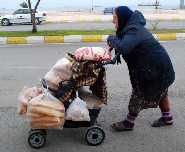 Kadınlar gününde o ekmeğinin peşinde!