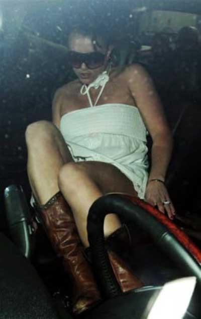 Britney Spears otomobile binerken objektiflerden kaçamadı