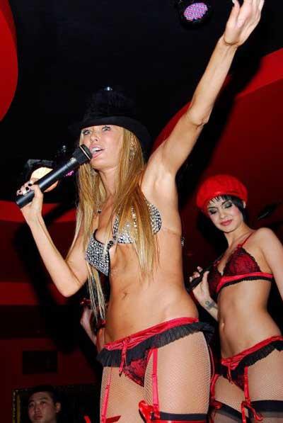 Jenna Jameson Peta için pastadan çıkıp striptiz yaptı