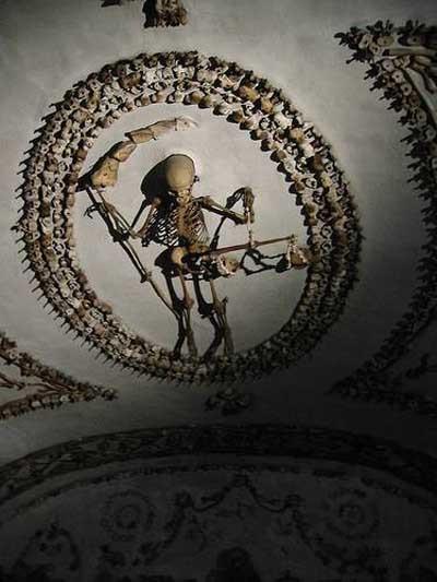 İnsan kemiklerinden yapılan tüyleri diken diken eden kilise