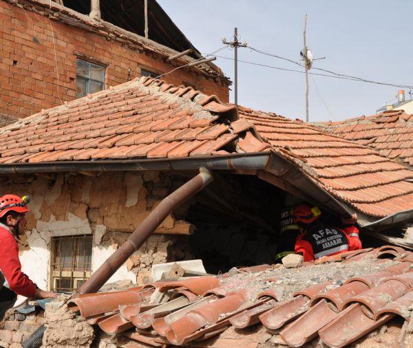 Şiddetli lodosta ev çöktü!