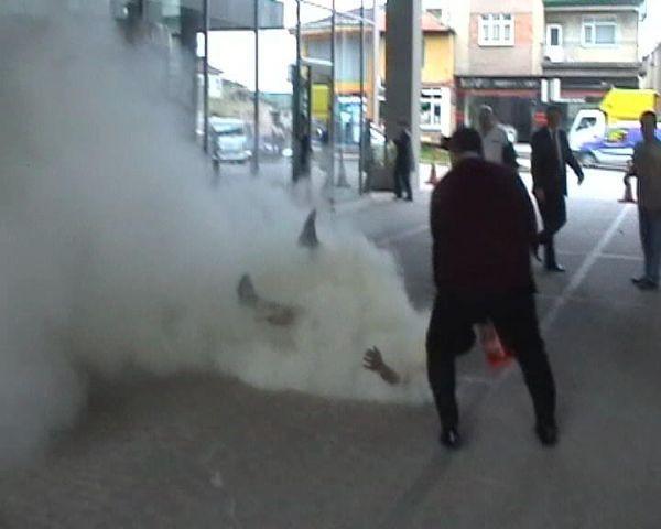 Belediye önünde kendini yaktı !
